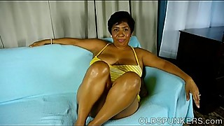 Super sexy mature black BBW fucks her soaking wet pussy